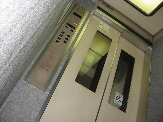 現地にて設置したエレベータのテスト運転、ご説明を致します。